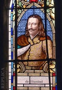 Un vitraliu al Capelei este unul dintre puţinele obiecte din Castelul Corvinilor care-l descriu vizual pe Iancu de Hunedoara